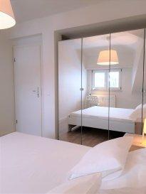 Dans le quartier de Bonnevoie, au 3ème étage, l'appartement se situe à deux pas de toutes commodités et du centre-ville. Le bien déploie une surface habitable de ±48m² et se compose comme suit :  Un hall d'entrée de ±6m² dessert un séjour de ±14m², une chambre de ±12m², une cuisine de ±9m² munie d'un four, d'une hotte et d'une cuisinière vitrocéramique, ainsi qu'une salle de bain de ±6m² avec une baignoire, un lavabo, un sèche-serviette et un wc. Une cave est comprise dans la location.  L'appartement se trouve à proximité de la gare et de la piscine municipale de Bonnevoie. Situation idéale proche de toutes commodité   Loyer : 1550€/mois - Charges : 150€/mois   Garantie locative : 3 mois de loyer Frais d'agence : 1 mois de loyer + TVA 17%    Agent responsable : Pierre-Yves Béchet E-mail : sarah@vanmaurits.lu Tél : 00352 621 748 117