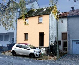 Maison jumelée au centre de Consdorf.<br><br>Cette maison offre sur chaque niveau un espace habitable avec séjour, cuisine et chambres, idéalement pour familles avec des enfants adolescent ou personnes âgés.<br><br>Au niveau rez-de-chaussée se trouve le hall d\'entrée avec un séjour et grande cuisine donnant accès à la terrasse et le jardin. Sur ce niveau se trouve une chambre à coucher et une salle de douche. <br><br>A l\'étage se trouve un deuxième logement avec deux chambres à coucher, deux salles de douches, un séjour avec cuisine ouverte, donnant accès sur un balcon.<br><br>N\'hésitez pas de nous contacter pour visiter le bien au 26 88 05 96 ou au 661 70 10 70<br><br>Immo-Center Luxembourg <br>Patrick EVERARD<br />Ref agence :ICL 861491