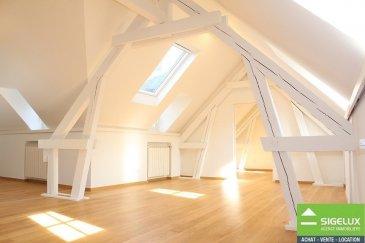 Sigelux Real Estate vous propose à la location cet appartement entièrement rénové en 2017. Situé en plein centre-ville, L-1368 Luxembourg 5, rue du Curé, au 4éme et dernier étage d'un bel immeuble d'époque.  Surface habitale de +/- 85m2  - hall d'entrée,  - spacieuse cuisine équipée ouverte, avec de nombreux rangements - un salon séjour de +/- 60m2 - 1 chambre sous les toits de +/-13 m2 - salle de douche avec 2 lavabo,  - une toilette séparée - raccordement machine à laver - climatisation  - chauffage au gaz de ville  - fenêtres en double vitrage et volets électriques  - ascenseur et visiophone  Les sols sont en parquet et carrelage.   Cet appartement de par ses nombreux puits de lumière offre une excellente luminosité, et les poutres apparentes en font tout son charme.  Sa situation en plein centre-ville est idéale pour un jeune couple, à proximité des restaurants, commerces…. Les transports publics sont accessibles en quelques minutes à pied pour vous conduire au Kirchberg, à la gare…   DISPONIBLE DE SUITE  Loyer: 2200 euros Charges : 300 euros   Pour plus de renseignement ou un Rendez-Vous pour visiter contactez : SIGELUX : 46 71 31 ou info@sigelux.lu