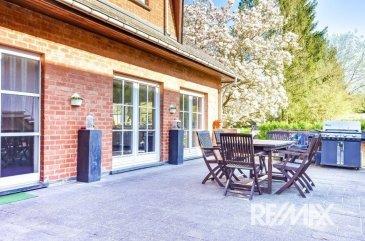 RE/MAX Luxembourg vous propose cette maison unifamiliale en vente sur la commune de Contern se situant à Moutfort, elle se compose : D'un hall d'entrée, d'un living, d'une salle à manger, d'une cheminée ouverte, d'une cuisine équipée, de 5 chambres, d'un dressing, d'un bureau et de 2 salles de bain. Possibilité de construire 170 m2 habitables supplémentaires, le bien comportant également 16 ares de terrain. Le quartier est calme et très agréable. Extérieur : terrasse, garage, emplacement parking deux voitures, grand jardin. A voir absolument.