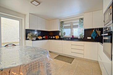 RE/MAX, spécialiste de l'immobilier à Goeblange commune de Koerich vous propose en exclusivité à la vente cette belle maison libre des trois côtés et totalement rénovée. Elle dispose d'une superficie habitable d'environ 195 m² pour 255 m² au total. Cette magnifique maison vous séduira par ses beaux volumes, et sa composition pleine de charme.  La maison se compose au rez-de-chaussée : d'un hall d'entrée, d'une spacieuse pièce de vie séjour/salle à manger de 17 m², d'une toute nouvelle cuisine équipée ouverte sur le séjour d'env.19 m2 avec accès menant à une terrasse d'env. 19 m2, un WC séparé d'env. 2 m², une chambre d'env. 14m2 et une deuxième chambre d'env. 11m2.  Au premier étage : un hall de nuit, une troisième chambre d'env. 17 m², une quatrième chambre d'env. 19 m² et une cinquième chambre d'env. 14 m², deux salles de douche et une buanderie d'une surface de env. 7m2.  Au deuxième étage : grenier totalement rénové d'env. 44 m2 avec une sixième chambre d'env. 17 m² et un WC d'env. 8m2.  Au sous-sol : Une Cave avec env. 35 m2.  Extérieur : une terrasse d'env. 19 m² située à l'arrière de la maison et 3 emplacements extérieur    Caractéristiques supplémentaires : Double vitrage 2019, dalles en béton jusqu'au grenier, façade rénovée en 2019  - Chauffage : Mazout - 6 chambres, 1 salle de douche et 1 salle de bain, 2 WC séparés  Disponibilité à convenir.  Situé : - 1 minute de l'arrêt de bus à pied - 5 minutes de la Gare de Capellen en voiture - 2 minutes de Koerich en voiture - 10 minutes de Luxembourg - Ville en voiture  La commission d'agence est inclus dans le prix de vente et supportée par les vendeurs.  SIMOES Michael +352 691 680 986 michael.simoes@remax.lu Ref agence :5096279