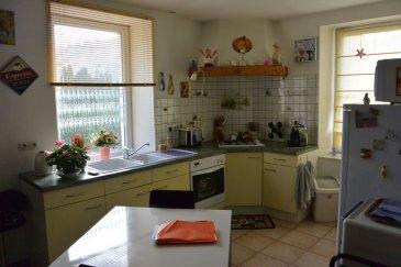 SAULXURES/MTTE : Au centre, en entrée individuelle, Appt F4 comp : en RDC avec terrasse : cuisine équipée ouverte sur séjour, 3 chambres, Salle de bain, wc, Grenier, Buanderie CC gaz et poêle à granules