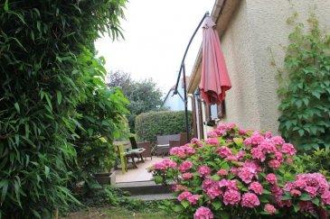 Exclusivité Sodiss à 10 minutes de Strasbourg, Quartier des jardins à Eckbolsheim, venez découvrir cette maison contemporaine de 1986&period; <br />Lumineuse et très calme celle-ci se compose au rez de chaussée d\'un spacieux salon|salle à manger  avec cheminée, ouvert sur une cuisine équipée donnant sur une terrasse exposée plein sud amenant au jardin&period; A ce niveau ce trouve également la salle d\'eau, la buanderie et le wc&period; L&apos;étage comprend quant à lui 3 chambres aux volumes généreux&period; La maison bénéficie d\'un sous-sol complet et d\'un grand garage&period; <br />Prix de vente 318 000 &apos; dont 6 &percnt;  d&apos;honoraires agences