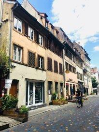 Studio meublé - 14.24m2  - Strasbourg Centre Ville/ Kleber.  Idéalement situé dans le centre ville de Strasbourg, à proximit immédiate de la place de l\'homme de fer, nous proposons à la location un studio meublé de 14.24m2 au 3 ème et dernier étage sans ascenseur - Rue du Jeu des enfants. Il comprend une pièce principale ouverte sur une kitchenette équipée (un lit, une armoire, une commode, une petite table et deux chaises) et une salle d\'eau avec douche et WC. Chauffage individuel électrique.<br>  Libre à partir du 05/11/2020 <br> Loyer: 360EUR<br> Charges: 30EUR - provisions sur charges avec régularisation annuelle<br> Loyer charges comprises: 390EUR <br> Honoraires : 146EUR TTC dont 42.72EUR TTC inclus pour l\'état des lieux