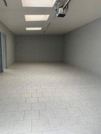 A réhabiliter ! Entrepôt, local de 104m² composé d'une pièce principale, deux bureaux et un WC.