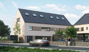 Belle maison à 3 chambres (Lots 7) Combles non aménagés Idéalement située, cette maison se trouve en dehors du trouble du trafic routier, dans une zone calme et paisible, tout en étant à proximité de toutes les commodités. Le centre du Luxembourg se trouve à 15 min., le plateau du Kirchberg à 12 km.  Sur un terrain de +/- 517 m², la surface habitable de +/- 211 m² est répartie, au rez-de-chaussée, d'un hall d'entrée, un wc d'invités, un grand living avec cuisine et salle à manger de 41 m², donnant sur une belle terrasse de +/- 20 m² et un magnifique jardin de +/- 120 m².  Le 1er étage vous accueille avec un palier, trois chambres à coucher, une de +/- 21 m², une de +/- 17 et une de +/- 13 m², encadrées par une salle de bain de 10 m² et un wc séparé de +/- 2 m², un débarras de +/- 3 m² et une buanderie de +/- 2 m².  Au deuxième étage vous trouvez (pour la formule avec combles aménagés) un palier, une magnifique suite parentale de +/- 15 m² avec une salle de douche de +/- 10 m², un débarras de +/- 8 m² et un local technique de +/- 13 m².  Un garage pour deux voitures au rez-de-chaussée complètent l'offre.