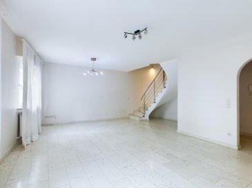 RE/MAX Luxembourg, spécialiste de l'immobilier, vous propose ce magnifique duplex à la location, situé au rez-de-chaussée / 1er étage d'une résidence de 1999 dans un endroit calme de Steinsel. Il se compose comme suit :  Rez-de-chaussée : hall d'entrée, vestiaire, cuisine équipée séparée, un grand living, un WC séparé.  1er étage : 2 chambres à coucher dont une avec une salle de bain et accès au balcon de 8m2, un bureau, une salle de douche.  D'autres spécificités propres à ce duplex : 1 emplacement extérieur, 1 parking sous-terrain, 1 cave privative, une buanderie.  Honoraires à la charge des locataires  Ref agence : 5096407