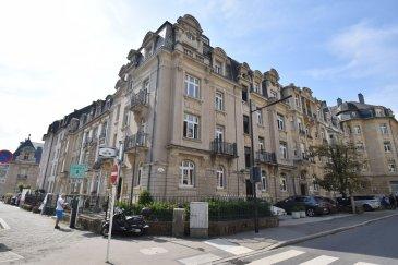 Situé dans un quartier calme, au cœur de la ville, cet appartement meublé de ± 75 m² est situé au 4ème étage (avec ascenseur et accès privatif) d'un immeuble de style.  L'appartement se compose d'un séjour ± 38 m², d'un petit vestiaire ± 3 m², d'une cuisine ± 8 m², d'une chambre/bureau ± 16 m², d'une salle de bain ± 7 m² (baignoire et lavabo) et enfin, d'un wc séparé ± 2 m². Une mezzanine, accessible via un escalier de meunier, offre un espace de rangement supplémentaire.   Détails complémentaires :  - Parquet plein pour l'ensemble ; - Disponible de suite ; - Emplacement de parking à proximité en supplément: 200€/mois ; - Loyer : 2200€/mois ; - Forfait charges de 250€/mois inclus dans le loyer, pour autant que la consommation reste dans les limites acceptables. Ce forfait comprend l'eau, le chauffage, l'électricité et les frais d'entretien des parties communes et espaces verts ; - Caution bancaire : 2 mois de loyer ; - Commission d'agence: 1 mois + TVA 17%.