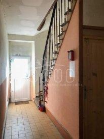 ONUD SA vous présente :  Dans une résidence des années 1960, se trouve au 1er étage, un appartement entièrement rénové de 82m2, au centre de Villerupt, qui se compose ainsi:  Par un escalier en bois, nous arrivons à l'appartement : - Hall d'entrée spacieux - une grande pièce de vie avec espace cuisine non équipée avec son coin repas, boiler électrique, une pièce salon pour 35m2 en totalité.  3 chambres, (2 grandes, 1 petite de 10m2), un wc séparé, une salle de bain (baignoire) avec lavabo.  Parquet au sol pour les pièces principales et moquette pour les chambres.  S'ajoute un grand jardin extérieur et terrasse privatifs en accès par la cage d'escalier.  Vue paisible et tranquille sur l'arrière.  La nouvelle façade est en discussion avec les propriétaires ainsi que les extérieurs qui sont à rafraichir.  Electricité et chauffage neuf (pompe à chaleur AIR/AIR individuelle, réversible), 30% d'économie d'énergie.  Toit et zingueries neufs en 2007.  Fenêtres PVC double vitrage 2007.  Une grande cave individuelle s'ajoute à ces lots.   Centre-ville, toutes commodités, photos disponibles prochainement (fin de rénovation), BUS 231 à 3 mn à pied, et nouveau contournement voie rapide pour le luxembourg à 5mn.  Avis ONUD : Lumineux, fonctionnel, propre, idéal pour un 1er achat ou investissement. A voir rapidement.   Prix Frais d'Agence Inclus   Ref agence :5532778