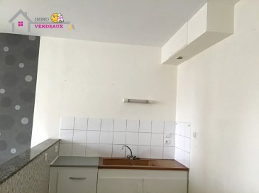 Nouveauté ! Idéale étudiant ou premier logement ! Appartement rénové de type F2 comprenant une pièce à vivre ouverte sur cuisine, une chambre, une salle de bains et un toilette séparé.