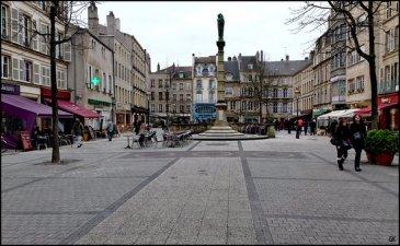 METZ Centre, immeuble de rapport à vendre dans le centre-ville de Metz, à côté de la Place Saint-Jacques,  Le local commercial d\'environ 400 m² est composé d\'un :   - rez-de-chaussée commercial (Possibilité restauration) - 1er étage : appartement - 2ème étage : appartement - 3ème étage :appartement - combles : appartement   Immeuble à rénover entièrement, appartements à créer, il est possbile de créer  7 appartements.  Prix FAI : 650 000 €  Contact : 07.81.52.53.74 Julien RACH Cabinet d\'affaires Immogest Procomm