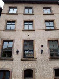 Immo Camilo vous propose: En exclusivité maison  Mitoyenne dans une rue calme, avec une surface habitable de +/- 240 m2  Comprenant:  IMMEUBLE DE RAPPORT A SAISIR   Au cœur de la commune de Esch-sur-Sûre dans la zone touristique, maison de rapport avec  6 chambres à vendre. avec la possibilité  d'agrandir pour faire 3 appartements  Le bien est comprends x3 entrées différentes, un monte charge et un passe plat. Les étages composent un grand appartement avec une grande terrasse à l'arrière. Grand local technique - Très grande cave - Comble.  La surface indiquée dans l'annonce est à titre indicatif, mais ne constitue pas la surface réel de l'immeuble.  Ecole, bus, gare et marché à proximité.  N'hésitez pas à nous contacter pour la mise en vente de votre bien immobilier. Pour plus de renseignements, contacter Mme. TEIXEIRA au GSM : +352 621 259 311