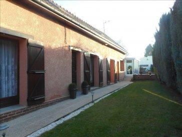 Village proche caudry  longère bâtie sur environ 700 m² avec 2 garages comprenant : entrée - salon avec cheminée - salle à manger - cuisine équipée - salle de bains - w.c - véranda. A l'étage : grand dégagement - 3 chambres.  cave - c.c gaz (chaudière neuve)  PRIX 156.000 EUROS dont 4%TTC d'honoraires à la charge de l'acquéreur.