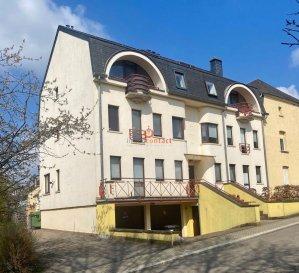 Charmant duplex situé à Hagen, commune de Steinfort, proche frontière belge et à 25 minutes de Luxembourg-ville.<br><br>Résidence à 6 unités, appartement en dernier étage de +/-95m2, offrant:<br><br>- Hall d\'entrée<br>- Cuisine équipée individuelle<br>- Living accès balcon avec vue dégagée<br>- 1 chambre à coucher donnant sur l\'arrière<br>- 1 bureau avec armoire encastrée<br>- 1 salle de bain avec fenêtre<br>- 1 WC séparé<br><br>A l\'étage: <br>- 1 grande chambre de +/-25m2 avec débarras/dressing.<br><br>Sous-sol:<br>- 1 garage box de +/-17m2<br>- 1 emplacement extérieur<br>- buanderie commune.<br><br>Ce bien est disponible de suite.<br><br>A savoir: <br>- Façade refaite en 2017<br>- Vélux électrique récent<br>- Fibres présente dans la résidence<br><br>Visites possible les week-ends.<br><br>Pour toutes informations, contactez-nous au 26.311.992.<br><br>Pour une estimation de votre bien (sous 48H), contactez-nous au 621.75 86 43.<br>