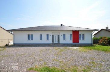 L\'agence immobilière Christine SIMON S.à.r.l. vous propose exclusivement ce magnifique bungalow libre de 4 côtés situé à Saint-François-Lacroix (Département Moselle) avec vue dégagée et  implanté sur un terrain de 33,49 ares.<br>La maison construite en 2009 avec une surface habitable d\'environ 166,73 m2 se compose comme suit: <br><br>hall d\'entrée(17,26 m2), WC séparé avec lave-mains(2,5 m2), grande cuisine équipée(îlot central, plan de travail granite et frigo américain) double séjour avec une cheminée à foyer ouvert et grande baies vitrées accès terrasse(72,75 m2), salle de douche de 8,82 m2(douche à l\'italienne, WC, double vasque, fenêtre), hall de nuit(5,77 m2), 3 chambres à coucher(16,36 m2, 21,76 m2, 12,10 m2), buanderie(9,41 m2) et une grande, nouvelle terrasse(2021) en WPC avec brise vue baignée par le soleil.<br><br>Extérieurs:<br>grand jardin clôturé  et maison d\'abris, 6 places de parking privatives devant la maison- pas de garage, mais possibilité d\'établissement d\'une garage et/ou d\'un carport.<br><br>Côté technique: chauffage électrique, fenêtres triple vitrage en PVC munis de volets électriques, toit en tuiles, sol stratifié et carrelages au sol, façade nouvelle(2021) et  isolante 10 cm<br>Passport énergétique: D-B<br>La maison est dotée d\'équipements haut de gamme.<br>20 minutes de Schengen, Perl.<br><br>Charges annuelles:<br>Taxe foncière: 459 €<br>Taxe d\'habitation: 0 € (nouvelle réforme nationale)<br><br>Charges mensuelles:<br>Electricité: 92,5 € <br>Eau: 43 €<br>Déchets: 10 €<br>Contribution à l\'audiovisuel public: 12 € (obligatoire si imposable à la taxe d\'habitation et disposition d\'un téléviseur)<br>www.service-public.fr<br><br>La commission de vente pour l\'agence de 3% plus TVA 17% est à partager entre le vendeur et l\'acquéreur.<br>Pour de plus amples renseignements ou une visite de la maison contactez l\'agence au tél: 26 53 00 301 ou par mail: info@christinesimon.lu<br><br>Nous sommes en permanence à la recherche de biens pou