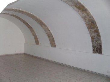 ARS SUR MOSELLE, au centre du village, au rez de chaussée d\'une copropriété de 4 lots, appartement de 130m² composé d\'une entrée, de 3 chambres, d\'un grand séjour avec plafond vouté, d\'une cuisine, d\'une salle de bains, d\'une salle de douches, 2 wc et d\'une petite cour intérieure.<br>Chauffage individuel au gaz; double vitrages, charges annuelles 300\'.Honoraires à la charge du vendeur.Abac Immobilier au 03 87 18 37 80