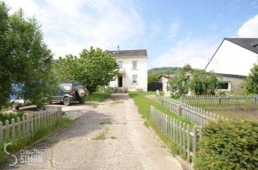 L\'agence immobilière Christine SIMON Sàrl vous propose en exclusivité cette très belle maison libre de 4 côtés située à KANFEN (F) à la vente, maison implantée sur un terrain de 30,87 ares.<br>La maison construite en  1934 et rénovée en 2012 qui se compose comme suit:<br><br>La propriété d\'une surface totale utile d\'environ 256,43 m2, d\'une surface habitable d\'environ 160 m2 et d\'une surface totale avec annexes d\'environ 332,43 m2 -se composant comme suit:<br><br>Au Sous-Sol:<br>Plusieurs caves avec une surface utile d\' environ 64 m2.<br><br>Au rez-de-chaussée:<br>Hall d\'entrée, cuisine équipée et salle à manger, living/salon, débarras sous l\'escalier, salle-de- bain, buanderie, hall avec un accès vers le jardin. Montée vers le demi-palier d\'une chambre à coucher avec mezzanine servant en tant que dressing et bureau.<br><br>Escalier en bois montant vers le 1er étage.<br><br>A l\'étage:<br>Hall de nuit donnant sur les 2 chambres à coucher. <br>Une salle de douche avec douche Italienne, double vasque, toilette et fenêtre.<br><br>Escalier en bois montant vers le 2ème étage.<br><br>A l\'étage:<br>Hall de nuit, bureau, grenier, 2 chambres et une salle de douche.<br><br>Extérieurs:<br>Annexes en béton d\' environ 76m2 avec une cheminée.<br><br>La maison se trouve dans une situation tranquille très proche de la frontière luxembourgeoise. Les écoles, crèches, et la gare sont à proximité.<br><br>Du côté technique La maison a été construite en 1934  sur un terrain de 30,87 ares.<br>Les fenêtres sont en PVC-bois, double vitrage munis de volets électriques.<br><br>Chauffage à gaz condensation de 2019.<br>Isolation à l\'intérieure en styropor de 8 cm plaque gyproc.<br>Préparation des fils électrique pour un système d\'alarme.<br>Le diagnostic de performance énergétique  D-E<br><br>Charges annuelle :<br>Taxes d\'habitation 960 € <br>Taxe foncière: 950 €<br><br>La commission de vente pour l\'agence de 3% plus TVA 17 % est à charge du vendeur.<br><br>Pour de plus amples 