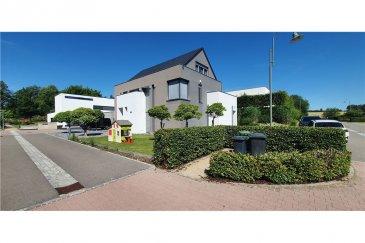 Maison d\'Architecte à Munsbach<br>RE/MAX, leader luxembourgeois de l\'immobilier, vous propose en exclusivité cette magnifique maison d\'architecte (libre des 4 côtés) d\'une surface totale d\'environ 308 m2 (environ 243 m2 habitables) dotée d\'un grand garage 2 voitures (+/- 40 m2), située dans le très sélect domaine du château à Munsbach à 10 minutes de Luxembourg-Ville. Cette demeure construite en 2010 et agencée avec des matériaux hauts de gamme est située sur un terrain de 7,17 ares et se compose d\'un grand living en rez- de- chaussée avec la possibilité de le fermer entièrement grâce à des portes coulissantes sur mesure. La cuisine de marque Bulthaup tout en inox et sur- équipée comprend réfrigérateur, congélateur, plaque de cuisson à induction de marque Gaggenau, hotte aspirante, lave -vaisselle de marque Miele, four avec chauffe-plat et four vapeur de marque Gaggenau, cave à vin et un agencement particulièrement bien pensé . L\'espace salle à manger comprend également une très belle cheminée design et donne tout comme le living sur la terrasse du jardin entièrement aménagé. De nombreuses gardes robes et placards intégrés et un WC séparé complètent le rez, l\'accès vers la chaufferie et le double garage s\'effectuant juste après l\'entrée. L\'ensemble du rez-de-chaussée est chauffé par le sol. Au premier étage se trouvent la chambre parentale avec grand dressing et salle de bain avec grande baignoire, douche et double lavabo et 1 chambre pouvant être convertie en bureau Au 2ème étage, se trouvent deux chambres, chacune avec salle de bain privative, et une buanderie Toute la maison est équipée de portes et de mobilier encastrés réalisés sur mesure, pour une optimisation maximale de l\'espace. Les principales baies sont en outre équipées de stores à lamelles orientables (type Raffstore Grieser) Cette maison comprend également un système de sonorisation intégrée dans la cuisine, le living, la chambre parentale et la salle de bains du 1er étage. L\'isolation es