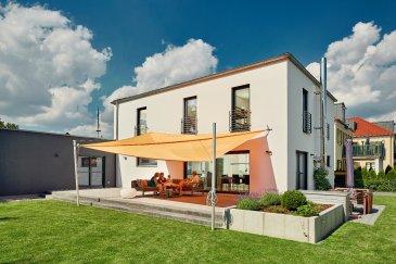 Ruhig gelegenes, flaches Grundstück mit einer Gesamtgröße von 12 ares in der Commune Clemency. Das Grundstück teilt sich auf in 8 ares Bauland sowie 4 ares Freizeitgelände und eignet sich ideal für ein freistehendes Einfamilienhaus.   - Energieklasse: AAA - Wohnfläche: 180 m² - Anzahl der Schlafzimmer: 4 - Keller: ja - Garage: Doppelgarage - Geschosse: 2    LUXHAUS. Die Nr. 1 in der Climatic-Wand-Technologie. 100% Wohlfühlklima 100% Design Wir freuen uns auf Ihren Besuch.