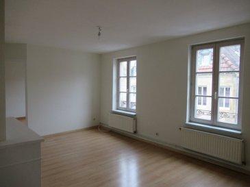 Metz-Centre, 82 rue des Allemands, au deuxième étage, appartement quatre pièces de 83 m² comprenant un salon-séjour, une cuisine, trois chambres et une salle de bains avec wc. Chauffage individuel au gaz.  Honoraires d'agence selon LOI ALUR 536 € pour la visite, la constitution du dossier, la rédaction du bail 3€/m² pour l'état des lieux d'entrée, soit 244€ Soit un total de 780 €