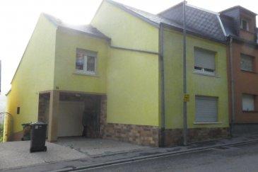 Rdc: Garage pour 1 voiture, toilette séparée, cuisine équipée ouverte, Living et salle à manger 1er étage: 3 chambres à coucher, petite salle à douche Grenier aménageable Extérieur: petit jardin avec petit terrasse couverte