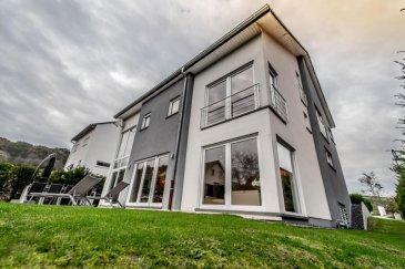 RE/MAX spécialiste de l\'immobilier à Luxembourg et à Roodt-sur-Syre vous propose cette sublime maison de style contemporain et très lumineuse.<br><br>Cette maison d\'une surface habitable d\'environ 390 m² séduira les plus exigeants grâce à des prestations haut de gamme et un parfait état.<br><br>-        Au rez-de-chaussée, vous trouverez une entrée accueillante avec un accès au garage (2 voitures) mais aussi des placards sur mesure, des WC et un grand espace de vie ouvert d\'environ 70 m² comprenant salon/salle à manger avec une très belle hauteur de plafond (jusqu\'à 6 m) et une cuisine équipée réalisée sur mesure (Siemens/Invita) avec plans de travail en Corian. Depuis cet espace, vous accèderez à une terrasse entourée de verdure.<br><br><br>-        Au 1er étage, vous trouverez un hall de nuit, 2 grandes chambres et 1 salle de bains (doubles vasques, douche, baignoire et WC) ainsi qu\'une suite parentale équipée d\'un dressing (Roche Bobois) et d\'une grande salle de douche. Une grande pièce ouverte et en mezzanine surplombant le living pouvant servir de bureau, de salle de détente, salle de jeux etc. complète cet étage.<br><br>-        Le dernier étage est composé d\'une grande chambre et d\'une salle de douche avec lavabo et WC ainsi qu\'un salon. Cet espace privatisé convient parfaitement pour recevoir des amis ou loger un adolescent à la recherche d\'intimité.<br><br>-        Le sous-sol complètement aménagé, carrelé et muni de fenêtres, comprend de nombreux placards, une salle de sport, un sauna, une salle de douche, une buanderie ainsi que des caves.<br><br>Visitez la vidéo de la maison pour plus de détails: <br>https://youtu.be/KwhAwAXF_54<br><br>-        Performance énergétique : D<br>-        Isolation thermique : E<br>-        Chauffage : Gaz<br>-        3 salles de douche, 1 salle de bain 1 WC séparé<br>-        Construction : 2008<br>-        Terrain : 5,10 ares<br><br>Contactez-nous rapidement pour faire une visite et qui sait cette maison pourra 