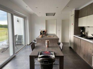 Bel appartement à louer dans une résidence à Doncols.  L'appartement de 71,40m² situé au 1er étage se compose de: - hall d'entrée  - beau séjour / salle à manger avec coin cuisine équipée et sortie sur balcon de 6,40m² - 1 chambre à coucher - 1 bureau ou dressing - salle de douche, lavabo, wc - 1 emplacement intérieur - cave.