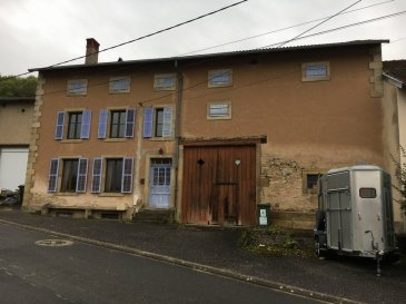 LANEUVEVILLE-LES-LORQUIN, MAISON DE VILLAGE.  Comprenant: salon-salle à manger, cuisine équipée, salle de bains +douche, 2wc, 4 chambres, buanderie, celliers, terrasse, appentis, garage et grange. Fenêtres dv pvc, isolation intérieure, couverture +toiture environ 15 ans. Chauffage central + poêle bois. Beaux volumes. Terrain de 18 ares. Prix: 118.000 EUR FAC dont 7,27 % d'honoraires charge acquéreur