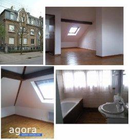 Agora immobilière vous propose à Thionville, <br />route de la Briquerie, ce charmant appartement F2 de 55 m² (80 m² au sol). situé en 3ème et dernier étage, d'une maison des années 20 offrant :<br /><br />- Un séjour pour 28 m²<br />- Kitchenette semi-équipée (plaque de cuisson, hotte aspirante, frigo) ouvrant vers la pièce de jour pour 5 m²<br />- 1 chambre avec placard pour 11 m²<br />- Espace bureau pour 7 m²<br />- Salle d'eau avec fenêtre et douche en cours de changement pour 4 m²<br />- WC séparé avec lave-main<br />- Garage<br />-Cave de 20 m²<br /><br />Vous serez séduits par ses beaux volumes et sa luminosité. <br />Chauffage électrique radiateur radiant<br /><br />DPE E<br />Loyer 620 euros + 30 euros de prov. s|charges soit 650 '<br />Dépôt de garantie : 620 euros<br /><br />Honoraires de location : 520 euros (dont 130 euros réalisation état des lieux)<br /><br />Agora Immobilier Thionville 03 82 54 77 77