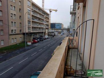 Nous vous proposons ce bel appartement au premier étage d'un immeuble de caractère de style Haussmannien de 5 étages, construit en 1919.  Compte tenu de sa situation, c'est à dire proche du nouveau Centre Commercial Muse, du Centre Pompidou, du nouveau Palais des Congrès, de la gare de Metz et de tout autres services, l'appartement peut très bien convenir à des fin d'habitations personnelles mais également aux investisseurs (loyer entre 750' et 850' par mois).     L'appartement mesure 68,5 m², se compose d'un hall d'entrée, d'une cuisine, de 3 pièces (2 chambres et un séjour/salle à manger), d'une salle de douche avec WC et d'un placard. Le revêtement de sol des 3 pièces est en chêne et il est en très bon état. Le autres sols sont couverts de carrelages. La cuisine n'est pas équipée et vous laisse donc la possibilité de l'aménager et l'agencer à vôtre gout; de la cuisine il est envisageable de faire une ouverture sur une des pièces et avoir ainsi une cuisine donnant sur séjour et/ou salle à manger.  L'appartement dispose aussi de 2 balcons, un donnant sur la façade avant et l'autre (de la cuisine) sur la cour et d'une grande cave en bon état.   L'appartement se trouve en bon état; il nécessite d'un rafraîchissement au niveau des peintures murales et au niveau de la salle de douche.  La chaudière est individuelle et elle a été remplacée en 2017    L'appartement est en vente sans garage; il y a la possibilité d'acheter un garage fermé situé dans la cour de l'immeuble même.  Pour plus de renseignements ou une éventuelle visite veuillez contacter Monsieur Belardi au +352 621367853 (Luxembourg).             Ref agence :AB054