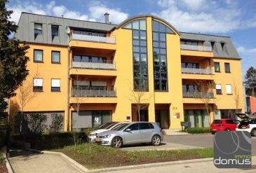 Appartement au 3ième étage d\\\'une surface de 77 m2 , construit en 2007, Résidence Mimosa équipé d\\\'un beau parquet, grand séjour avec balcon et d\\\'une chambre à coucher, salle de bains, dressing, 2 emplacements intérieurs, cave, ascenseur, buanderie.<br><br>Cet appartement est situé en plein centre de Strassen à proximité du complexe sportif , de l\\\'école, commune, transports communs, commerces.<br>Disponible de suite<br><br>Les animaux domestiques ne sont pas permis dans cet appartement.<br />Ref agence :103317