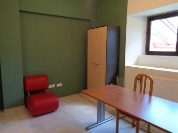 A louer dans le village de Perlé, bureau meublé de 14,20m².  Petit jardin et terrasse, kitchenette, salle de réunion, parkings communs.