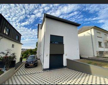 Maison Sanem,  RDC - Hall d'entrée - Garage pour 1 voiture -  3 emplacements extérieur -  Buanderie  - Wc  chauffage gaz - Cuisines équipée avec accès terrasse jardin - Salon/Living   1 étage: - 3 chambres à coucher une avec dressing - 1 salle de bains   2 étage: - 3 chambres à coucher  - 1 salle de bains  Cave a vin  Jardin  Nous vous invitons à nous rendre visite ou contacter l'un de nos commerciaux pour plus d'informations.  M. Moura Jemp +352621216646  M. Marc Risch +352621210333  Les surfaces et superficies sont indicatives   Rejoignez-nous sur Facebook : Newjomar Belval