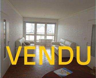 App. Thionville 75.08 m². Cet appartement situé 12 avenue Merlin à Thionville se compose d\'une entrée avec placard, une cuisine indépendante de 8 m², un salon séjour traversant de 28 m² avec accès balcon et loggia, deux chambres de 11 m² et 12 m², une salle de douche et un WC individuel.<br/>Une cave complète ce bien.<br/>Charges d\'environ 160 € / mois : Ascenseur, Chauffage (calorimètres), Eau froide et Eau chaude ... <br/>Chaudière neuve, travaux ascenseur, réfection balcons et étanchéité récents.<br/>Possibilité de louer un garage pour 45 € / mois<br/>IMMO DM: 03.82.57.31.87<br/>Copropriété de 96 lots (Pas de procédure en cours).<br/>Charges annuelles : 1958.00 euros.
