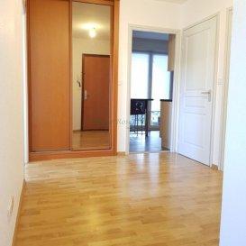 F3/4 de 80m2 au 1er étage .  Venez découvrir ce grand appartement F3/4 de 80m2 situé au 1er étage sans ascenseur d\'un petit immeuble de 10 logements, construit en 1997, et situé dans une rue calme. Il se compose : d\'une belle entrée de 10m2 avec armoire murale desservant une cuisine équipée séparée avec accès à une terrasse couverte, un salon-séjour de 31m2 disposant également d\'un accès à la terrasse, deux chambres de 12,16 m2, respectivement 11,13 m2, une salle d\'eau, un wc séparé. Une cave de 6m2 et un grand garage avec porte motorisée de 20m2 complètent l\'offre. <br> Les + : les peintures viennent d\'être rafraichies / petit immeuble / faibles charges de copropriété / orientation Sud et Ouest<br> Retrouvez une vidéo de ce bien sur : https://youtu.be/zoR3T8W3Xbs<br> Retrouvez-nous sur facebook : https://www.facebook.com/LeRosenbergImmobilier/