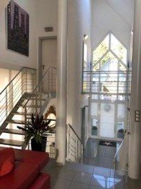 Villa de 220m2 sur 12 ares avec piscine.  Sur les hauteurs du village, cette villa atypique de 224m2 à l\'architecture ultra-moderne saura vous séduire par ses grands espaces intérieurs et sa luminosité exceptionnelle grâce aux nombreuses baies vitrées. Construite en demi-niveaux, reliés entre eux par des escaliers et des passerelles et permettant une vue d\'ensemble quelque soit l\'endroit de la maison ou vous vous trouvez. Dans un magnifique jardin arboré et paysagé avec vue imprenable sur le Jura et la Suisse se trouve une piscine entourée d\'une vaste terrasse dallée où il fait bon se prélasser au soleil. Ses prestations de qualité et sa situation exceptionnelle ( proximité des écoles, commerces, à 500m de la frontière et à 5mn de l\'aéroport) finiront de vous convaincre.