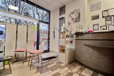 RE/MAX, spécialiste de l'immobilier à Differdange, vous propose à la vente.  En plein cœur du centre-ville en face du parc Gerlache, un local commercial au rez-de-chaussée avec vitrine.  De nombreuses places de parkings à proximité. Zone active et passante.  D'une superficie d'environ 53 m², le local est divisé comme suit :  Une première pièce principale, desservant plusieurs pièces à l'arrière du local. (kitchenette, une belle pièce de 14m², deux petits bureaux et un WC séparé)  Bon état général. Commission agence à la charge de l'acquéreur.  Pour plus d'information, n'hésitez à nous contacter :  RE/MAX Partners + 111 Route d'Esch L-4450 Belvaux  Tel : 28 85 96 GSM : 621 252 212 Jorge Da Graça  Jorge Da Graça  Ref agence :5096256