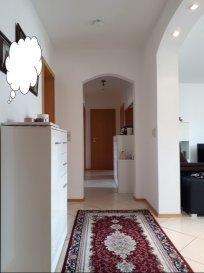 Eine sehr hochwertige 3 ZKB Wohnung mit 2 großzügigen Schlafzimmern (16 m²) in gleicher Größe und Stellplatz in dem hervorragenden Stadtteil Trier Weismark-Feyen. Direkt am Einkaufszentrum Castelnau. Die Wohnung befindet sich im 2. EG eines Mehrparteienhauses und besitzt eine Gesamtwohnfläche von ca. 100 m².  Die perfekt gelegene Wohnung bietet viele Vorteile. Sie ist modern geschnitten und fällt durch ihren lichtdurchfluteten Innenbereich auf, da von beiden Seiten große Fenster vorhanden sind. Alle Fenster sind mit 3Fach-Verglasung versehen. Die Aufteilung bietet Ihnen die Möglichkeit Platz, sehr flexible Ihre persönlichen Wünsche und Einrichtungsvorstellungen auszuleben. Der repräsentative und offene Wohn-, Essbereich mit bietet einen hervorragenden Aufenthalt für Familie und Freunde. Die modern ausgestattete Einbauküche, die über alle Elektrogeräte verfügt, ist ein getrennter Raum, sodass keine Gerüche im Wohnbereich stören. Hier haben Sie einen direkten Zugang zu dem angrenzenden Balkon. Dieser Balkon (im Osten), wo sie die Sonne in der Frühstückszeit genießen können, ist nur einer der zwei Balkonen. Angrenzend zum Wohnbereich befindet sich der große Balkon. Einer der hellen Schlafzimmer grenzen ebenfalls an dem Balken (im Westen), wo die sie den Sonnenuntergang genießen können. Das Badezimmer ist mit hochwertigen Materialen ausgestattet und verfügt über eine Badewanne und eine Dusche. Des Weiteren befinden sich Flurbereich ein Gäste WC, sowie ein Hauswirtschaftsraum. Genügend Stauraum bietet Ihnen außerdem ein separater Kellerraum und ein Abstellbereich auf dem Speicher.  Alle Böden im Wohn und Essbereich und Küche sind mit modernen Fliesenboden und die Schlafzimmer mit hochwertigem und warmem Parkettboden versehen.   Desweiteren gibt es TV Kabel-, DSL Anschlüsse.