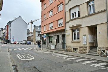 Location meublée charges comprises!  Bureau meublé n°6 de 9m2, au 2ème étage d'une résidence située dans le quartier d'Hollerich à Luxembourg.   Ce bureau est meublé (table, chaise, fauteuil et étagère).   Les parties communes se composent d'un hall d'entrée, d'une cuisine équipée avec accès terrasse, et d'une salle de bains avec wc à chaque étage.   Disponibilité: immédiate.   Loyer mensuel: 337,50€  + TVA (soit 395,00€ TTC).  Charges mensuelles forfaitaires de 70,00€.  Loyer mensuel tout compris: 465,00€ TTC  Les charges comprennent l'électricité, le chauffage, le nettoyage des parties communes, le service de voirie, le salage et/ou déneigement du bâtiment, l'assurance avec abandon de recours (pas de wifi).
