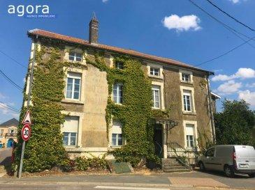 En exclusivité chez AGORA :  Belle maison de caractère au c'ur du village de Spincourt.  Les amateurs de demeures anciennes tomberont sous le charme !  Proche de toutes les commodités, elle peut convenir à une grande famille ou peut être aménagée en plusieurs appartements. Plus de 220m² sur deux niveaux, caves et combles.  Au rez-de-chaussée, la belle entrée dessert un grand salon salle à manger d'env. 38 m² avec cheminée et parquets, deux pièces attenantes de 16.5 m² et 19.5m² avec cheminée et une grande cuisine de 22 m² à aménager avec cellier.  Un WC sur le pallier.  A l'étage, cinq chambres allant de 15,5 m² à 21.5 m², salle de bain et WC séparé.  Travaux de rénovation à prévoir.   DPE en cours  Prix : 70 000 euros (honoraires à la charge du vendeur)  AGORA IMMOBILIER BRIEY 03 82 20 25 26