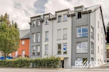 RE/MAX Select, spécialiste de l'immobilier au Luxembourg, vous propose en vente un appartement neuf, avec finition de qualité à Wiltz.  Cette nouvelle résidence «Wéinebierg» avec ses 13 unités, s´implante près du centre de Wiltz, à quelques minutes des commerces et de la gare.   Ce lumineux appartement a une surface habitable de 69,22 m2 avec 2 chambres à coucher, 1 salle de bain avec douche & WC, un débarras.  L'appartement est d'une construction neuf et de qualité.  Situé au 1e étage d´une nouvelle résidence avec un ascenseur, vous trouvez dans cet appartement un hall d'entrée, un grand living lumineux et une cuisine ouverte avec salle à manger.  Pour complété, vous trouvez 2 chambres à coucher et une salle de bain avec WC.  Une cave est incluse dans le prix.   Prix TVA, taux réduit (3 %) : 276.000 €/TTC  Prix TVA, taux normal (17 %): 314.640 €/TTC  Vous avez la possibilité d'acheter une (ou plusieurs) place de parking intérieure pour 20.000 € et/ou un emplacement extérieur pour 8.000 €.   Chauffage : mazout  Fenêtres : triple vitrage  Localisation de cet immeuble : situation près du centre de Wiltz avec ses magasins, ses restaurants et des banques.  L´école primaire, le lycée, la maison relais et une crèche se trouvent à quelques minutes de cet appartement.  Information supplémentaire : le centre commercial