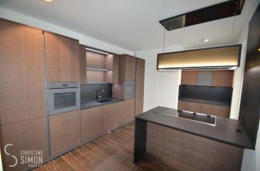 L\'agence immobilière Christine SIMON vous présente en exclusivité ce Penthouse luxurieux à louer contenant 3 chambres à coucher et 2 salles de bains au 4ème et dernier étage avec ascenseur dans une toute nouvelle Résidence * Bei der Breck*  situé à Rollingen-Mersch, 2 rue de Luxembourg, accès direct à la gare de Mersch.<br>Il se compose comme suit:<br>Hall d\'entrée avec vestiaire sur mesure (16,35 m2), toilette séparée (2,40 m2), débarras (local ventilation) (5,88 m2), double séjour lumineux avec cuisine équipée ouverte et profitant d\'un ilot central de 54,67 m2 donnant accès à une terrasse de 50,97 m2 avec vue dégagée sur le Parc de Mersch. 3 chambres à coucher dont une de 12,30 m2 attenante au dressing (9,84 m2) entièrement aménagé de placards sur mesure et sa salle-de-bain avec baignoire, une grande vasque, douche à l\'Italienne, toilette et fenêtre (10,03 m2), une chambre de 12,44 m2 accès terrasse et une de 17,48 m2 donnant sur un balcon de 6,03 m2. Une salle de douche de 7,03 m2 avec douche à l\'Italienne et double vasque.<br> <br>Au sous-sol deux emplacements intérieurs et une cave privative.<br><br>Prestations haut de gamme: <br>lampes à intensité variable, éclairage indirect dans les chambres à coucher et la terrasse, portes battantes, murs en marbre dans la salle de douche, système domotique contrôlable par téléphone portable, appareils de cuisine MIELE équipés de capteurs électriques et d\'une hotte aspirante réglable en hauteur, carrelages de qualité optique en bois, placard sur mesure au hall d\'entrée et au débarras, portes vitrées coulissantes dans les chambres à coucher avec accès à la terrasse, la cuisine et le double séjour.<br><br>Libre au 15 juin 2021.<br>CDI obligatoire, pas d\'animaux et location non-fumeur.<br>Loyer 3250 € plus 241 € de charges.<br>Caution 3 mois de loyer plus charges c.à.dire 10473 €<br>Agence 1 Loyer plus 17 % TVA = 3802,5 €<br>A présenter au rendez-vous:<br>Copie des 3 dernières fiches de salaire, copie du contrat de tra