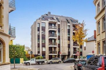 Ce bien est un réel coup de cœur !  Situé à Luxembourg Centre / Hollerich, le long de la Vallée de la Pétrusse, dans une résidence construite en 1975, cet agréable duplex d'environ 174m² habitable, 2 chambres et belle terrasse, rénové en 2016/2017, se compose comme suit :  Au rez-de-chaussée, un hall de ±2m², un w.c. ±2m², un palier ±3m² qui mène vers le séjour d'environ 39m², très lumineux grâce ses baies vitrées (posées en 2005, marque Schucko anti-effraction WK3) et original de par ses grands carrelages (1m/1m), il se prolonge par une grande et belle terrasse ensoleillée ±28m² dominant ainsi les jardins de la Pétrusse. La cuisine, séparée ± 8m², équipée (marque Varenna et plans de travail en Corian), la chambre ±20m² avec deux armoires intégrées d'environ 1m² chacune, et enfin la salle de douches ± 6m² (douche, lavabo et w.c)  La cage d'escalier ±9m² mène au 1er étage qui comprend :  Un hall ±5m², un salon ±23m², une salle à manger ±18 m² (ces deux pièces sont facilement transformables) et se prolongent par une terrasse d'environ 6m², avec vue sur la Pétrusse, un vestiaire / kitchenette ± 13m² (armoires incorporées) également aménageable en salle de bains, un palier ±4m², un wc séparé ±1m² (avec lavabo), un débarras / buanderie ± 1m², une salle de douches ±6m² (douche, lavabo, wc et sèche serviettes), une chambre de ±17m².  Au sous-sol, deux emplacements de parking dont un sur l'ascenseur (petite voiture) et 2 caves de ± 4m² et ± 10m² chacune.   Généralités :  Duplex en très bon état, rénové récemment et modulable;  Eclairage indirect (spots encastrés) dans la plupart des pièces ainsi que des armoires intégrées.  Meubles, matériaux et finitions de qualité, terrasse avec luminaires incorporés;  Belle Vue;  Situé au centre-Ville, ses commerces, écoles et commodités, proximité du Cactus