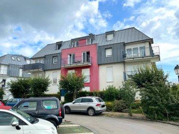 Beau DUPLEX (83,98 m2 surface habitable + 2 balcons) situé au 2ème et 3ème étage d'un immeuble résidentiel datant de 2001. L'immeuble est situé à la fin d'une rue sans issue très calme avec très peu de passage de voitures et le duplex dispose d'une très belle vue sur les champs.  Subdivision du duplex : 2è étage : hall d'entrée / WC séparé / living avec armoire intégrée et cuisine équipée ouverte sur le living / balcon 3è étage : hall de nuit / 2 chambres à coucher / salle de bains / balcon  Etat général : Excellent ! Pas de travaux de rénovation à prévoir. Disponibilité : A l'acte notarié !  - A 15 minutes du Kirchberg - A 15 minutes du Centre de Luxembourg-Ville - Proximité directe de chemins de promenades dans la forêt et les champs - Supermarché CACTUS Howald à moins de 10 minutes - Divers commerces de quartier au centre d'Hespérange comme p.ex. superette, banques, cafés, brasseries, restaurants, coiffeurs etc ... - Crèches et école primaire à proximité - Transports en commun à proximité