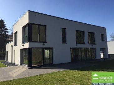 A LOUER : Maison d'architecte de 375 m² à louer située 61B, route de Luxembourg L-8140 Bridel --------------------- La maison situé 61B route de Luxembourg, L-8140 Bridel, construit en 2015 est disponible à la location à partir du 15 juillet 2018. Le loyer est de € 4,900.- mensuel, le locataire devant souscrire aux assurances locatives, prendre un contrat d'entretien des installations de chauffage et de remplacement des filtres de ventilation d'air frais au moins une fois tous les 6 mois. La maison offre 4 chambres à coucher (la suite parentale et la chambre à coucher du 1er étage sont combinées en une seule pièce de chambre à coucher. Elle est située sur un terrain de 12 orienté avec sa terrasse et jardin en direction d'une forêt de hêtres. La maison dispose d'une cuisine équipée, de 3 salles de bains et de douche, de 3 WC séparés, d'un grand garage pour 2 voitures, d'une terrasse extérieure, d'une terrasse couverte et d'une cour intérieure aménagée en jardin. Rez-de-chaussée : -Hall d'entrée. -Vestiaire. -Cuisine équipée de 2 fours dont four vapeur et micro-ondes, grand frigo, congélateur, îlot de travail et de cuisson américaine avec hotte, spots encastrés, multiples rangements, tables de repas haute pour 6 personnes). -Séjour. -Pièce multifonctionnelle qui peut servir de chambre d'amis, de fille au pair ou de grand bureau ou encore de salle de cinéma. Elle dispose de sa propre salle de douche et d'un WC séparé. -Bureau. -Garage de 2 voitures, ainsi que l'espace de recyclage est accessible depuis l'intérieur de la maison. Le garage est équipé d'une porte d'ouverture avec télécommande à distance et dispose de raccordement électrique pour des voitures électriques. La taille du garage permet de garer des vélos, motos et de gérer un espace de recyclage.  Premier étage : -Suite parentale composée d'une chambre à coucher, d'une salle de bains avec douche italienne, d'un WC séparé et d'un dressing avec meuble pour femme et homme.  -2 chambres à coucher  -Salle de bains 