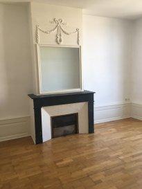 2 pièces - 42 m2.  Appartement situé au deuxième étage d'un immeuble Place de la Carrière à Nancy. Il comprend une entrée, une pièce principale avec cuisine équipée (plaque, frigo), un chambre + rangements avec coin salle de bains et WC séparés.  Chauffage individuel au gaz.