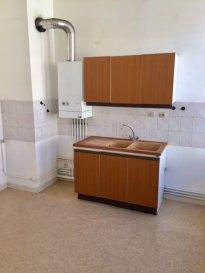 Au pied de la Cathédrale et à 5 mn à pied de la Fac du Saulcy et arrêts Mettis.  Appartement type F2 de 50m² au 2ème Etage d\'un petit immeuble de 3 appartements.  Il se compose d\'un séjour, d\'une grande cuisine, 1 chambre, salle de bain (baignoire) et WC séparé.  Chauffage individuel au gaz.