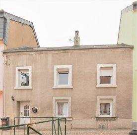 Située à Luxembourg-Bonnevoie,cettemaison de±151m² habitables, avec jardin, terrasse et 2 places de stationnementextérieur, datant de±1930et rénovée en 2006 se compose commesuit:  Au rez-de-chaussée, un hall d'entrée± 12m² avec un wc séparé ±3 m2, unséjour ±29m² suivi d'une cuisine séparée de± 8m², la buanderie qui fait office de chaufferie de ± 12 m².  Au premier étage, vous trouverez une terrasse de ±35 m² avec un abri de jardin de ±14 m².La partie nuit comprend trois chambres de ±12 m², ±13 m² et ±14 m², un dressing de ±7 m² et une salle de bain ±13 m².  Les combles peuvent être aménagés et procurer une surface habitable de ±25 m².  La Maison est située dans la Zone d'habitation-1.b et présente un important potentiel d'agrandissement, avec la possibilité d'effectuer une extension en hauteur ainsi qu' à l'arrière de la maison de ±100 m².  Une fois les travaux d'agrandissement effectués, la maison offrira une surface de ±250 m² habitables, pouvant être transformés en trois appartements si vous le souhaitez.   Généralités :  - Importante possibilité d'extension ; -Chauffage au gaz ; -Maison avec Jardin en ville ; -Deux emplacements de parking à l'avant ; -Situation idéale, proche de toutes commodités(transports publics, commerces, écoles...); -Située dans un quartier recherché àLuxembourg-Bonnevoie;  Agentresponsable du dossier : GeoffreyDEPRE Tél. : (+352)661 127 777 E-mail : geoffrey@vanmaurits.lu