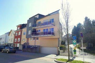 Bel appartement (+/- 76 m2 habitables) lumineux situé au 2 ième étage d'une petite résidence à 5 unités.   L'appartement dispose de :  Hall d'entrée, grand living/salle à manger avec accès à la terrasse de +/- 11 m2, belle cuisine équipée, 2 chambres à coucher dont 1 dispose d'un accès au 2'ème balcon, salle de bains avec WC, cave, balcon, terrasse et 1 emplacement intérieur.  DISPONIBLE DE SUITE