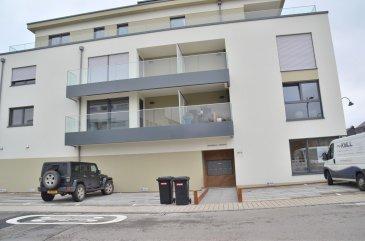 Isma Bauer, RE/MAX, spécialiste de l'immobilier à Mamer vous propose en 1RE LOCATION ce sublime appartement dans une petite résidence construite en 2016. On vous offre deux chambres sur une superficie de 84m2 , ainsi qu'une terrasse sur 11m2. Cet appartement  très lumineux se compose d'une cuisine ouverte sur le living, qui lui-même donne sur la terrasse à vue dégagée. S'y ajoutent une salle de bain avec baignoire-douche combinée et un WC séparé. Un parking intérieur et une cave privative font partie de l'offre. Comme atouts sont à considérer : - chauffage au sol – triple vitrage – panneaux solaires au toit – parquet en bois Proche des axes routiers. Convient parfaitement à une famille.  Disponible de suite   N'hésitez pas à nous contacter.  352 621 813 784 isma.bauer@remax.lu
